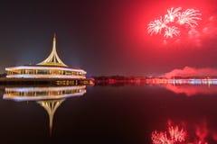 在Rama IX国王公园的纪念碑有烟花背景 免版税库存照片
