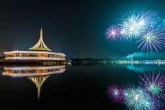 在Rama IX国王公园的纪念碑有烟花背景 库存图片