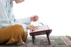 在Ramadan的亚洲回教读的Koran 库存图片