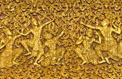在ramayana t木头里面的被雕刻的门史诗 免版税库存图片