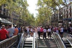 在Ramblas的人群在巴塞罗那 免版税图库摄影