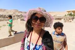 在Ramesseum寺庙的家庭在卢克索-埃及 库存照片