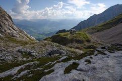 在Ramsau上午Dachstein 2上的Guttenberghaus瑞士山中的牧人小屋 免版税库存图片