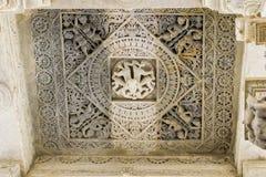 在Ranakpur耆那教的寺庙拉贾斯坦的白色大理石雕刻 免版税库存照片