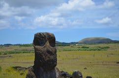 在Rano Raraku火山倾斜的Moais, Rapa Nui复活节岛 免版税库存照片