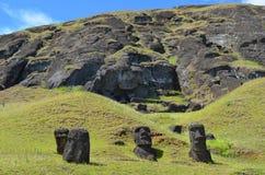 在Rano Raraku火山的Moais, Rapa Nui复活节岛 免版税图库摄影