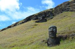 在Rano Raraku火山的Moais, Rapa Nui复活节岛 图库摄影