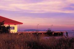 在Rassada码头,普吉岛,泰国的日落 免版税图库摄影