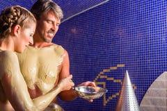 在Rasul浴的夫妇在健康温泉 免版税图库摄影