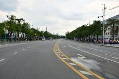 在Ratchadamnoen路,曼谷,泰国的交通标志 免版税库存图片