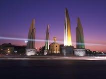 在Ratchadamnoen巴生路,曼谷泰国的民主纪念碑 免版税库存照片
