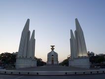 在Ratchadamnoen巴生路,曼谷泰国的民主纪念碑 图库摄影