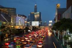 在Ratchadamri路街道上的晚上交通  曼谷泰国 库存图片