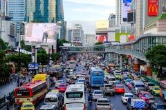 在Ratchadamri Rd的交通堵塞,在中央世界和BigC特大购物中心前面在晚上在工作以后 免版税库存图片