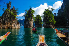 在Ratchaprapa水坝,素叻他尼泰国,游览的三个朋友岩石 免版税库存图片