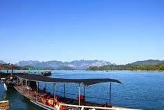 在Ratchaprapa水坝, Khaosok国家公园的小船 免版税库存照片