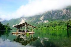 在Ratchaprapa水坝, Surattha湖的竹浮动小屋  免版税库存照片