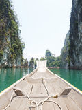 在Ratchaprapha水坝的小船旅行 免版税库存图片
