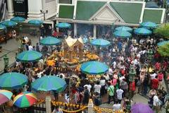 在Ratchaprasong交叉点的Erawan印度寺庙有Ratchadamri路的,曼谷,泰国 免版税库存图片