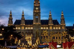 在Rathaus (维也纳香港大会堂)特写镜头的圣诞节市场 免版税库存照片