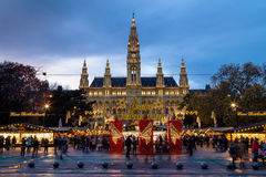 在Rathaus (维也纳香港大会堂)的圣诞节市场 库存图片