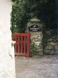 在Rathburn农场的红色门 免版税库存图片