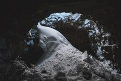 在Raufarhólshellir熔岩隧道的雪,南冰岛 免版税图库摄影