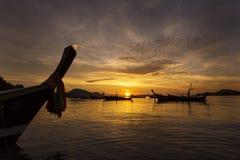 在rawai海滩的暮色美丽的天空在与安达曼bo的早晨 免版税库存照片