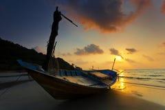 在Rayong海滩的老小船 库存照片