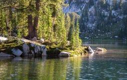 在Razz湖, Wallowa山,俄勒冈,美国的晴朗的湖风景 库存照片