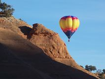 在Redrocks之外的热空气气球 免版税图库摄影