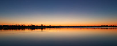 在Reeuwijk湖区,荷兰的日落 免版税库存图片