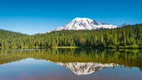 在Reflection湖,瑞尼尔山的清早, 库存图片