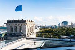 在Reichstag屋顶的访客和欧盟旗子在柏林 免版税图库摄影