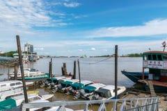 在Rejang河的小游艇船坞快艇 免版税库存图片