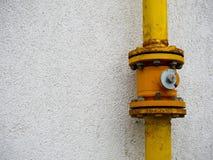 在residentual房子墙壁上的黄色煤气管连接 免版税库存照片