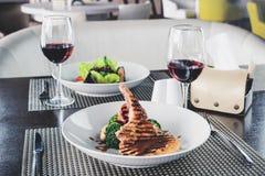 在resraurant的浪漫晚餐 两开胃盘和两 免版税库存照片