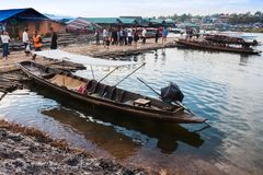 在revier的老传统木小船,星期一桥梁 图库摄影