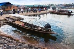 在revier的老传统木小船,星期一桥梁 免版税库存照片