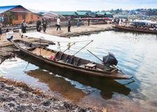 在revier的老传统木小船 免版税库存图片