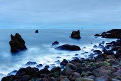 在Reykjanes,冰岛附近的岩石海岸 免版税图库摄影