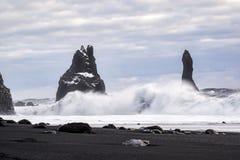 在Reynisfjara火山的海滩的多暴风雨的天气 免版税库存照片