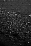在Reynisfjara黑色海滩的黑沙子特写镜头在Vik镇附近 免版税库存照片