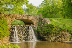 在Reynolda庭院的瀑布桥梁 免版税库存照片