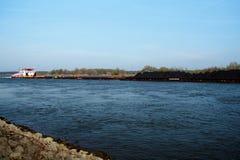 在Rhins河的船在杜伊斯堡附近 免版税库存图片