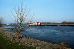在Rhins河的船在杜伊斯堡附近 免版税库存照片