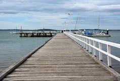 在Rhyll的老木桥梁码头 免版税图库摄影