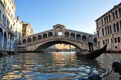 在rialto威尼斯附近的桥梁长平底船 免版税库存图片