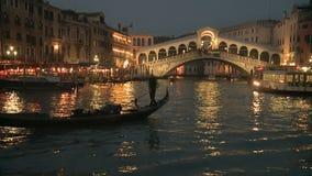 在Rialto桥梁前面的长平底船在威尼斯 股票视频