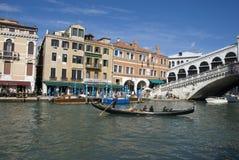 在Rialto桥梁的威尼斯长平底船 库存照片